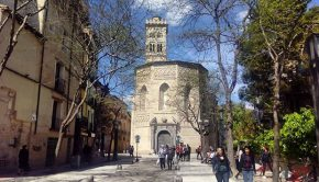 Plaza de la Magdalena con laiglesia homónima al fondo