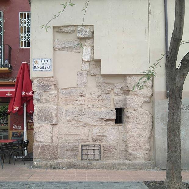 Restos de la muralla romana adosados a un edificio de la Plaza Magdalena