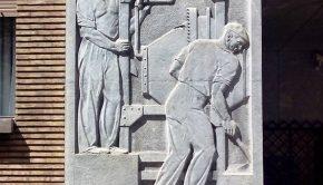 Bajorrelieve de Félix Burriel en la fachada de la Sede de la Confederación Hidrográfica del Ebro
