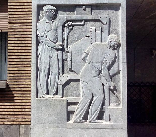 La sede central de la Confederación Hidrográfica del Ebro cuenta con una escultura-fuente de Ángel Orensanz