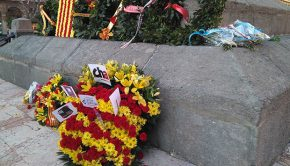 Ofrenda de flores de las instituciones aragonesas en el monumento al Justicia Juan de Lanuza, que fue decapitado, por orden del rey Felipe II, el 20 de diciembre del año 1591.