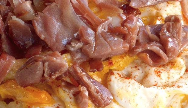 Huevos rotos con jamón en La Papa Arrugá