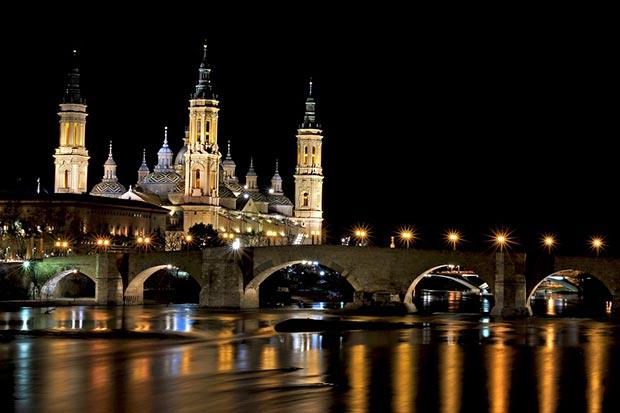 el pilar de noche con el rio ebro y el puente de piedra