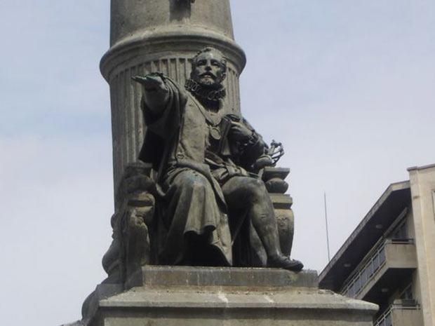 Monumento al Justiciazgo, obra de Félix Navarro Pérez (arquitecto) y Francisco Vidal y Castro (escultor)