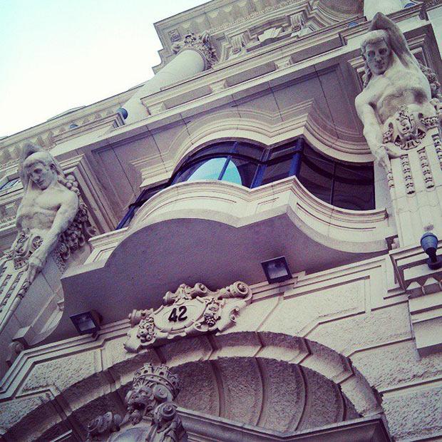 Columnas gigantes sustentadas por atlantes en el edificio del antiguo Banco de Aragón
