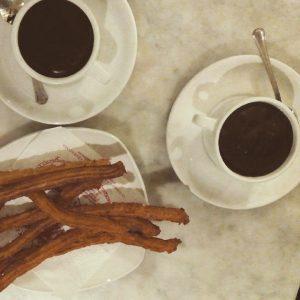 chocolate con churros en la cafeteria y chocolateria la fama de zaragoza
