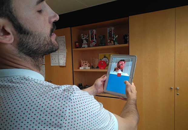 Pedro Lozano mostrándonos una aplicación de realidad aumentada de Imascono