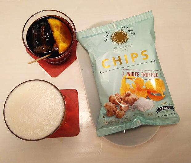 Chips con sabor a trufa blanca y sal de Ibiza y un vermú con canela