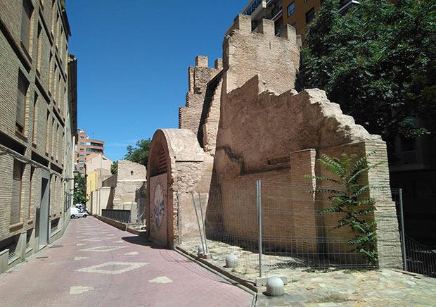 Torreón de la muralla medieval en la calle Arcadas