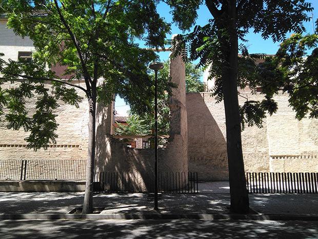 vista de las ruinas de un torreón medieval desde la calle Alonso V