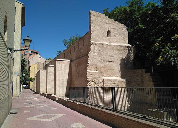 Vista de la muralla medieval desde la calle Arcadas