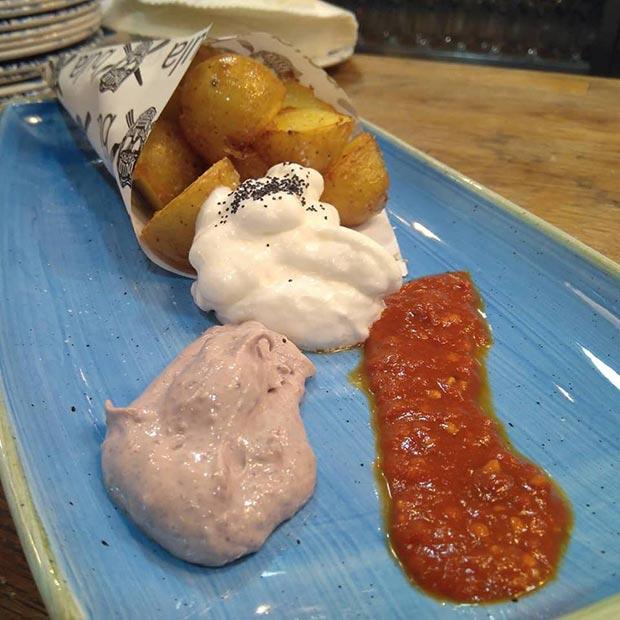 patatas bravas gajo con espuma de nitrógeno de alioli, mayonesa de oliva negra y picante casero