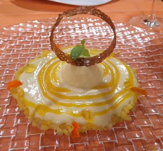 Crema de chocolate blanco con helado de maracuya, mango y gelatina de licor 43 en el Restaurante Goralai