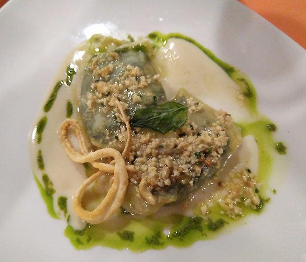 Ravioli de setas y espinacas con salsa de queso gorgonsola y anacardos fritos en el Restaurante Goralai