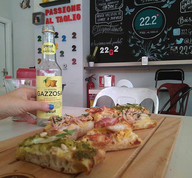 Pizzas al corte de patata de huevo de codorniz y lomo; pesto, piñones y parmesano; batido de jamón ahumado con cebolla marinada y naranja, acompañadas acompañadas de Gazzossa, con limón de Amalfi, centro de Italia.