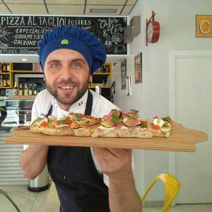 "Cristian Georgita con una de sus ""Pizzas al Corte"""