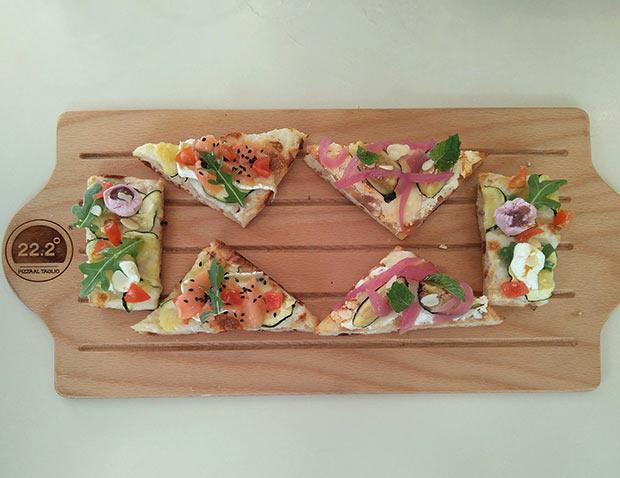 Pizzas al corte de mousse de queso de queso de cabra tres sabores, higos, almendras, menta y cebollas caramelizadas; calabacín, frambuesa, perlas de queso de cabra, rúcula, tomate cherry, almendras y naranja amarga; salmón, queso brie y calabacín