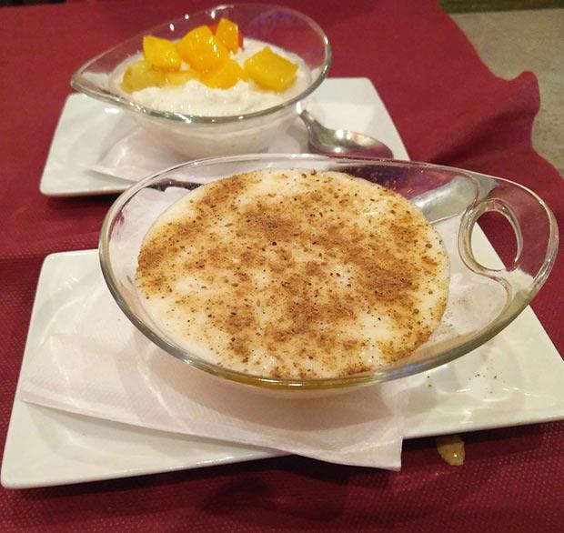 Sundala, un postre parecido arroz con leche típico en Nepal y yogurt natural con lassi masala y crema de fresas en el Café del Tibet
