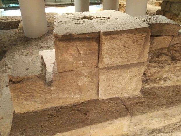 Restos del puerto fluvial de Zaragoza, en cuyos sillares aparecen las marcas IV, VI y X, referidas a las Legiones IV Macedonica, VI Victrix y X Gemina (las legiones fundadoras de la colonia)