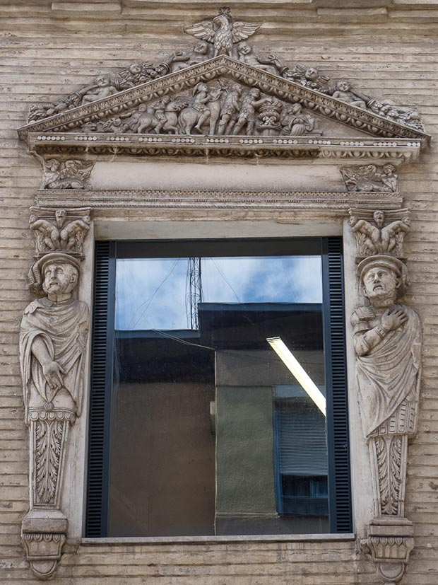 Ventana flanqueada por estípites y llamativos relieves en la Casa de los Morlanes