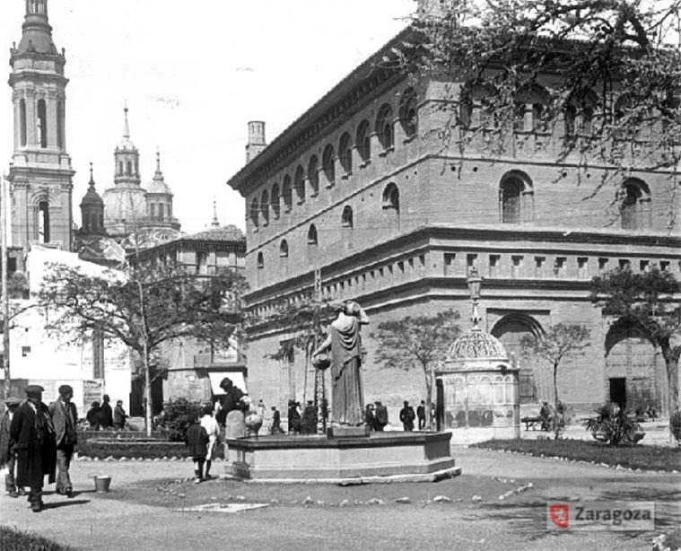 Fuente de la Samaritana en la Plaza de la Seo en 1920