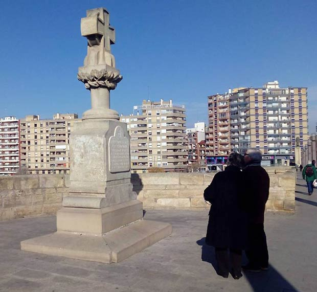 La cruz en memoria de Boggiero, Sas y el Barón de Warsage
