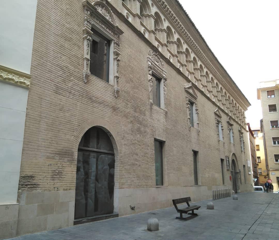 La fachada en ladrillo bellamente ornamentada de la Casa de los Morlanes