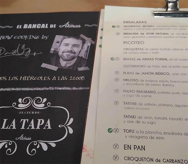El chef Daniel Yranzo en la carta del restaurante Las Armas