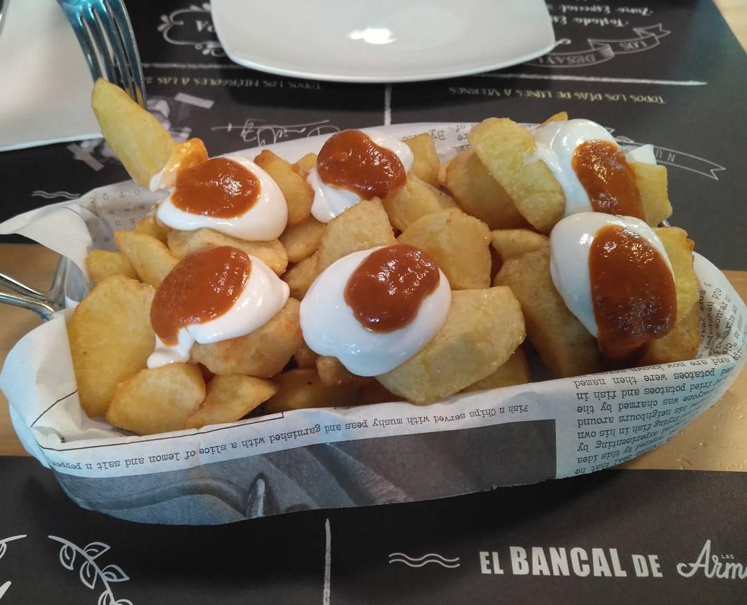 """Marchando una ración de patatas bravas en el restaurante de @lasarmaszaragoza. Las """"Bravas de Armas tomar"""" se sirven con ali-oli casero y puré de Chipotle"""