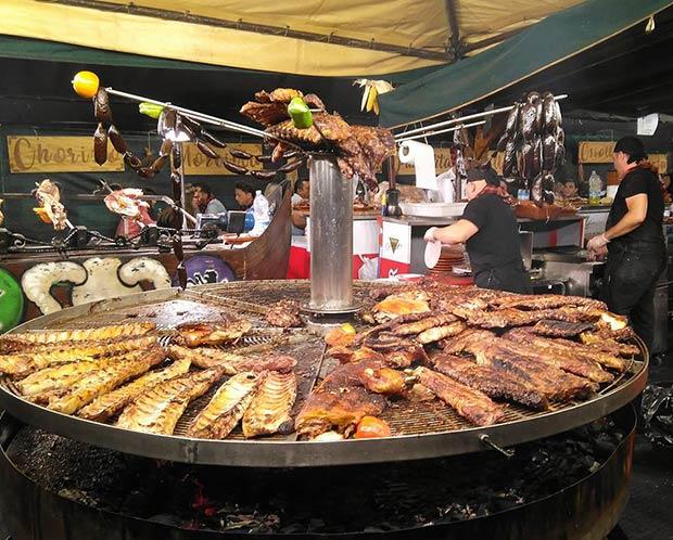 Puesto de comida en la Muestra Aragonesa, en el Paseo Echegaray y Caballero, entre el puente de Piedra y el de Hierro