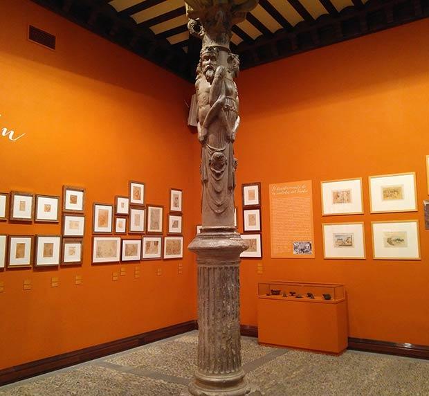 Columna del Patio de la Infanta decorada con figuras humanas a modo de cariátides o estípites