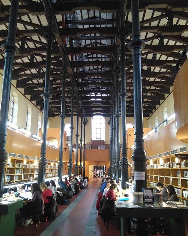 La Biblioteca Pública Ricardo Magdalena ocupa el edificio del Antiguo Matadero de Zaragoza