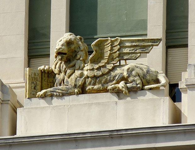 Escultura de un leon alado en la fachada del edificio La Adriática