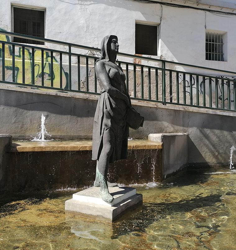 La lavandera de la fuente en la Glorieta de La Balsera en la avenida san josé