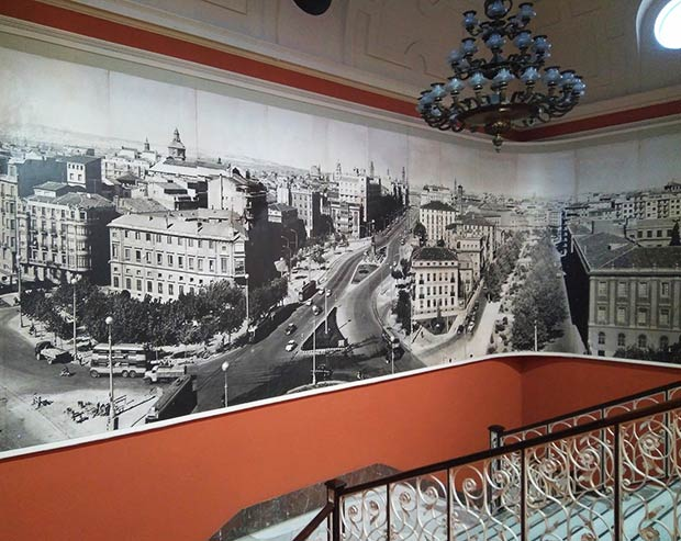 Fotomural de la ciudad en el interior de la Cámara de Comercio de Zaragoza
