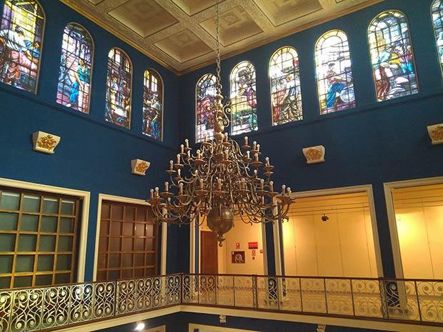 Vitrales decorados con figuras alegóricas en el interior de la Cámara de Comercio de Zaragoza