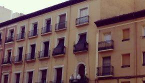 El edificio del 127 del Coso se levantó en el siglo XIX sobre las ruinas del antiguo Seminario Conciliar. El patio central o de armas, que todavía se conserva, albergaba las celdas