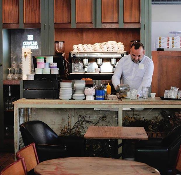 Barista de la cafetería Doña Hipólita