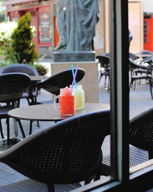 terraza de la cafetería con encanto Doña Hipólita