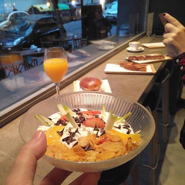 fruta fresca con yogur y granola en el garbo gentlebar