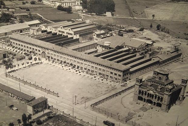 La Fábrica Giesa Schindler, fundada por Joaquín Guiral Palacio y ubicada junto al Palacio de Larrinaga. Imagen tomada en la década de los 50