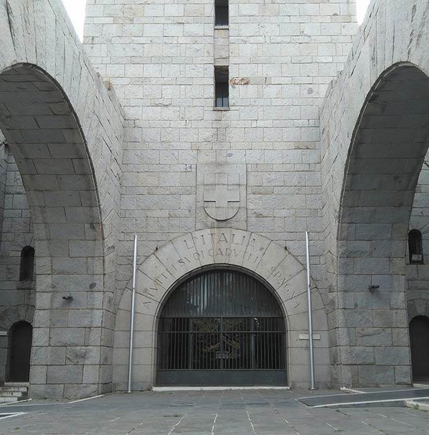 Entrada al mausoleo en el que están enterrados casi 3.000 soldados italianos que cayeron en la Guerra Civil Española