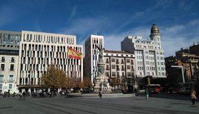 El Monumento a los Mártires de la Religión y de la Patria visto desde el bulevar central del Paseo Independencia