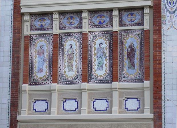 Figuras de los signos del zodiaco en la fachada de la Casa Solans