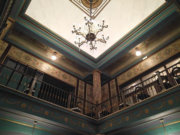 El suntuoso hall del Teatro Principal de Zaragoza