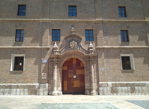 Fachada barroca por la que se accedía al convento, en la actualidad la Biblioteca Municipal María Moliner
