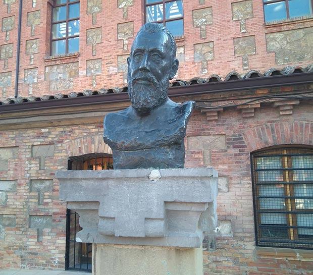Busto de Ricardo Magdalena en el Antiguo Matadero de Zaragoza