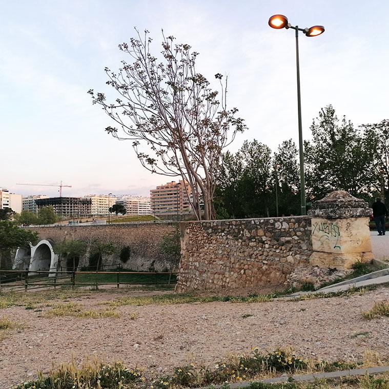 Sillares del siglo XVIII en el acceso al antiguo acueducto-puente sobre el Barranco de la Muerte en Zaragoza