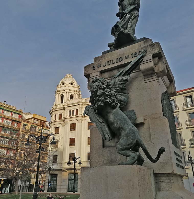 En la parte posterior del pedestal, las alegorías de Zaragoza y el Imperio francés se representan a través del león y el águila: el león zaragozano devora al águila napoleónica.