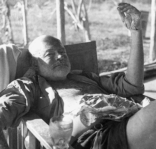 Ernest Hemingway en un safari en Kenya en 1954